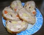 Мясной рулет в куриной шкурке с айвой и морковью