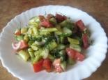 Овощной салат со стручковой молодой фасолью, помидорами и огурцами