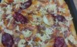 Пицца с колбасой и яблоками