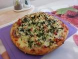 Пицца с колбасой и огурцами на готовой основе