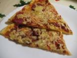 Пицца с сырокопченой колбасой и сыром дома на тонком тесте