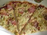 Пицца с творогом, колбасой и сыром