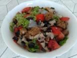 Простой рыбный салат с селедкой и помидорами