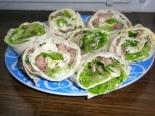 Рулет из лаваша с тунцом и салатом