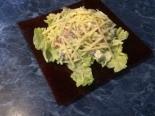Салат с фасолью, сухариками и курицей