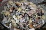 Салат с грибами, мясом и сухариками