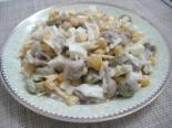 Салат с грибами, кукурузой и оливками