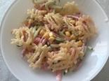 Салат с колбасой, кукурузой и чипсами