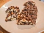 Сладкая колбаска из печенья с орехами и какао