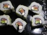 Суши с лососем и авокадо