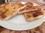 Сырные лепешки на кефире с начинкой на сковороде (с сыром, творогом и зеленью)