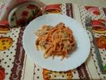 Сытный салат с копченой курицей, помидорами и сухариками