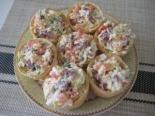 Тарталетки с колбасой, сыром и помидорами