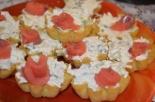 Тарталетки с красной рыбой и плавленым сыром на праздничный стол