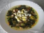 Зеленый суп из щавеля и крапивы с колбасой и вареным яйцом
