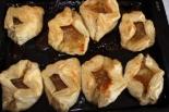 Конвертики слоеного теста с яблоком