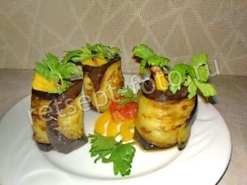 Рулетики из баклажан с помидорами и перцем